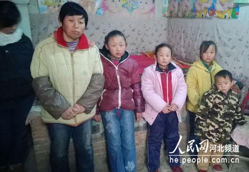 图为艾广栋的妻子谢玉凤及5个孩子。孙逸桦摄