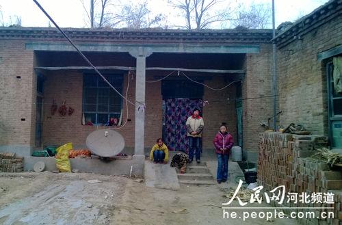 图为艾广栋的家,夫妻俩以种地为生,靠5千多元的年收入维持一家七口的生活。孙逸桦摄
