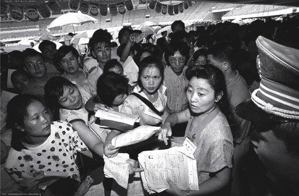1998年,深圳体育馆举行全市下岗工人再就业招聘会